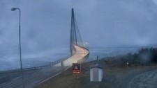 FULL STORM: Kraftig vind på ylkesvei 17 ved Helgelandsbrua torsdag morgen. Politiet både i Nordland og Troms ber folk være forsiktige i uværet og holde seg innendørs.