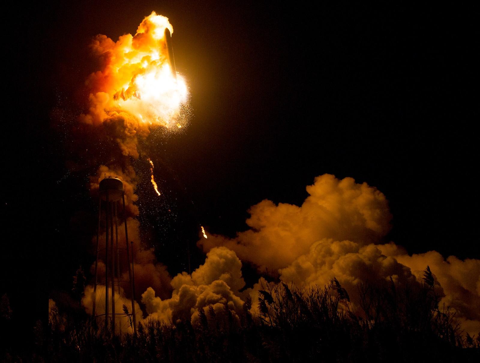 Raketten på vei ned. Det blir fortsatt kastet ut vrakgods fra det ødelagte motorområdet.