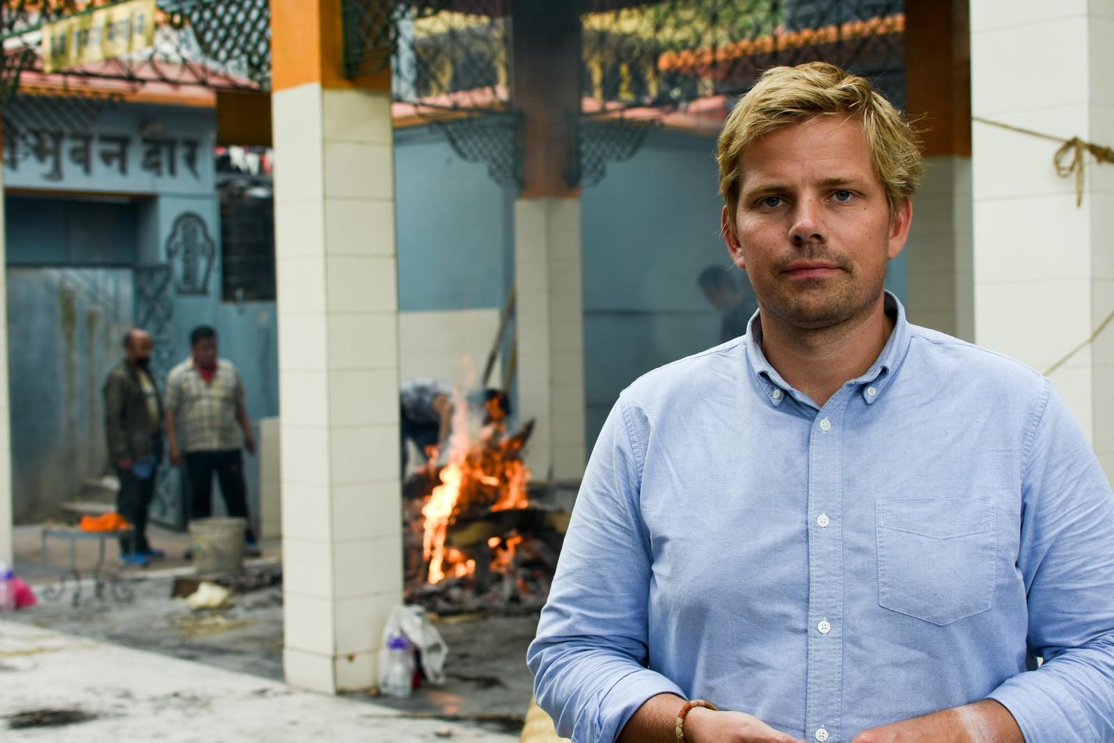 Peter Svaar foran tempelet der de brenner likene.