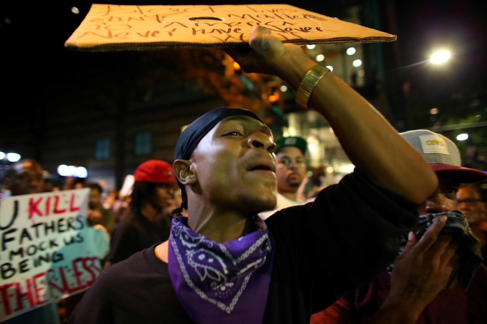 Folk fortsetter å protestere til tross for portforbudet