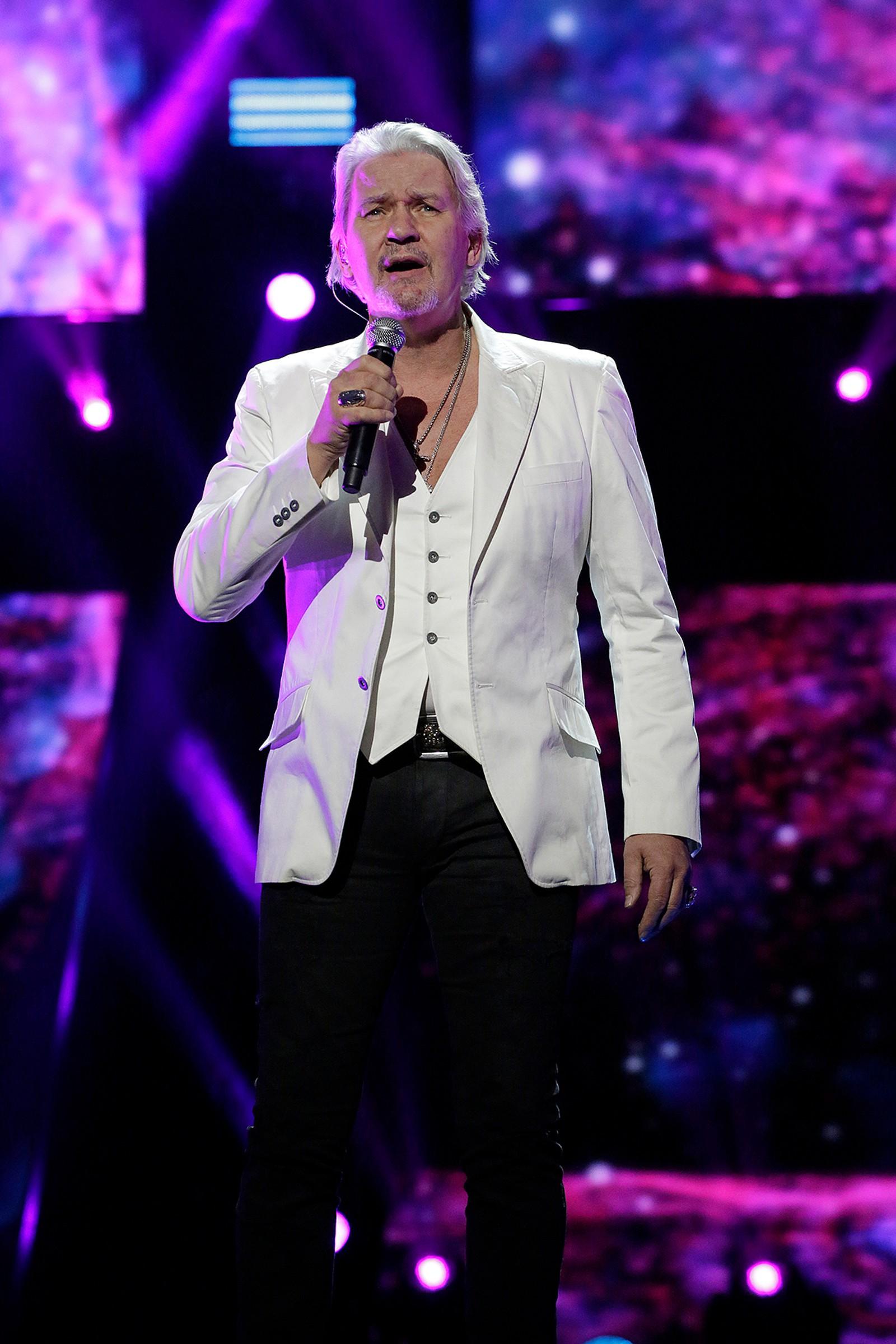 Til publikums store overraskelse, dukket Johnny Logan opp for å feire sitt 30 års-jubileum for sin andre ESC-seier.