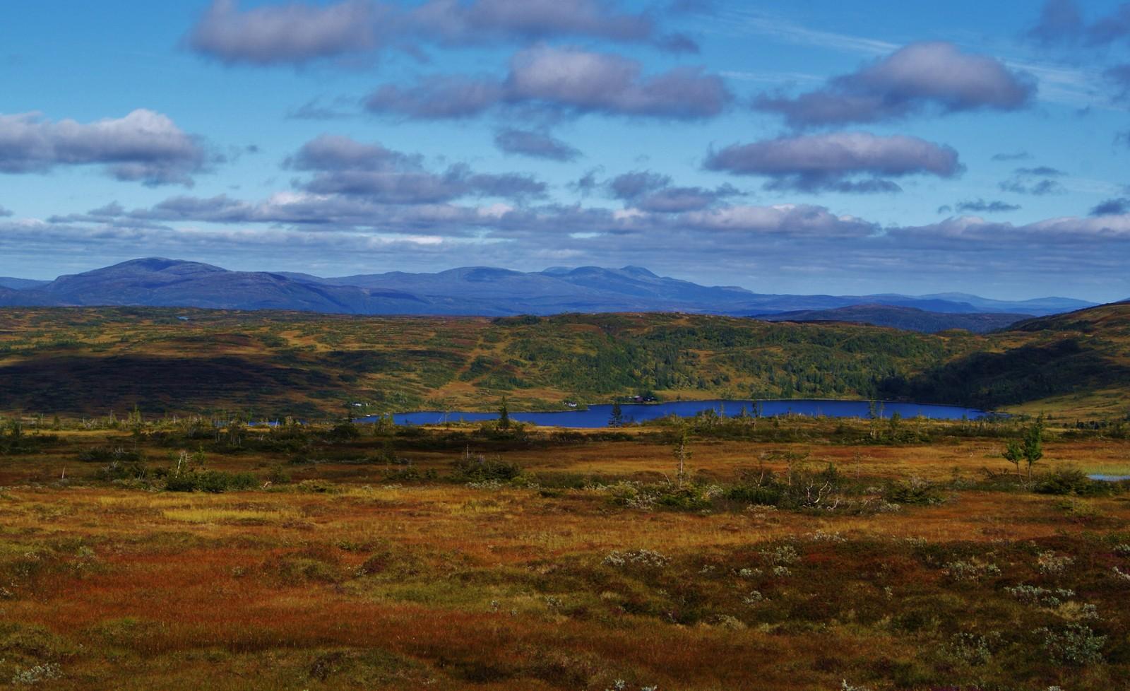 Kvernsjøen i Verdal, med Skjækerfjella i bakgrunnen