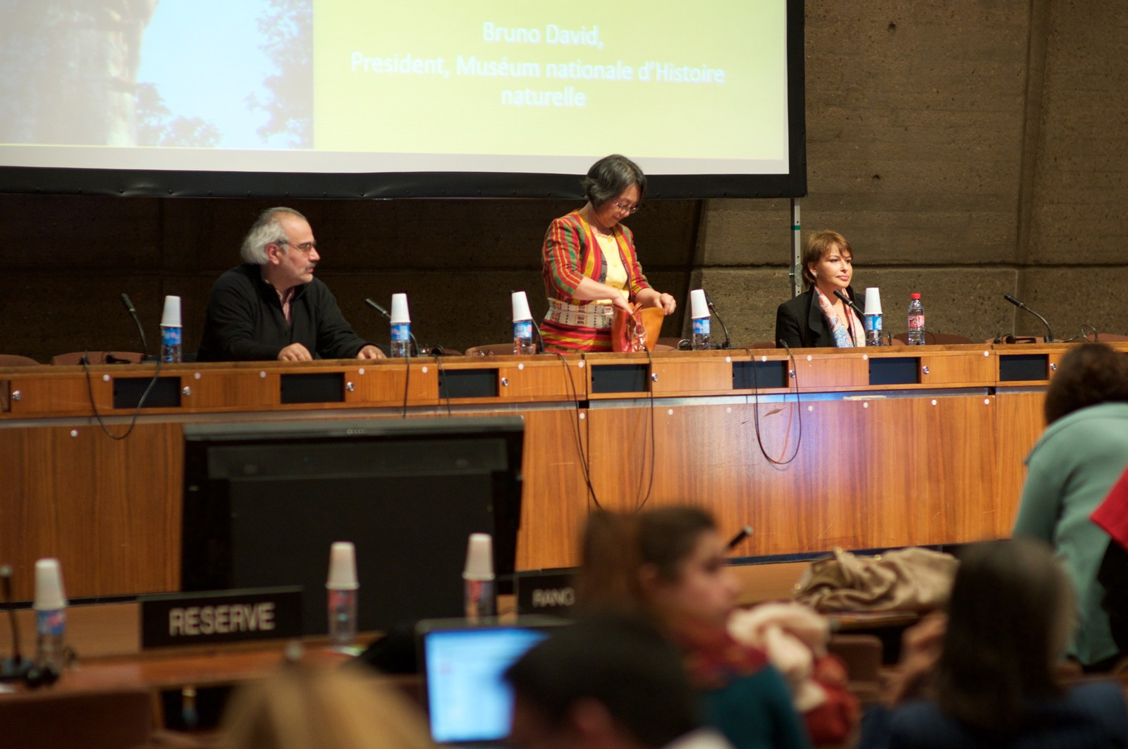 Fra UNESCOs urfolkskonferanse Resilience in a time of uncertainty. FNs spesialrapportør for urfolksrettigheter, Victoria Tauli-Corpuz på podiet.