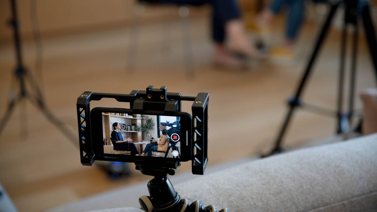 Bilde av at Instagram selv filmer med et mobilkamera under intervjuet.