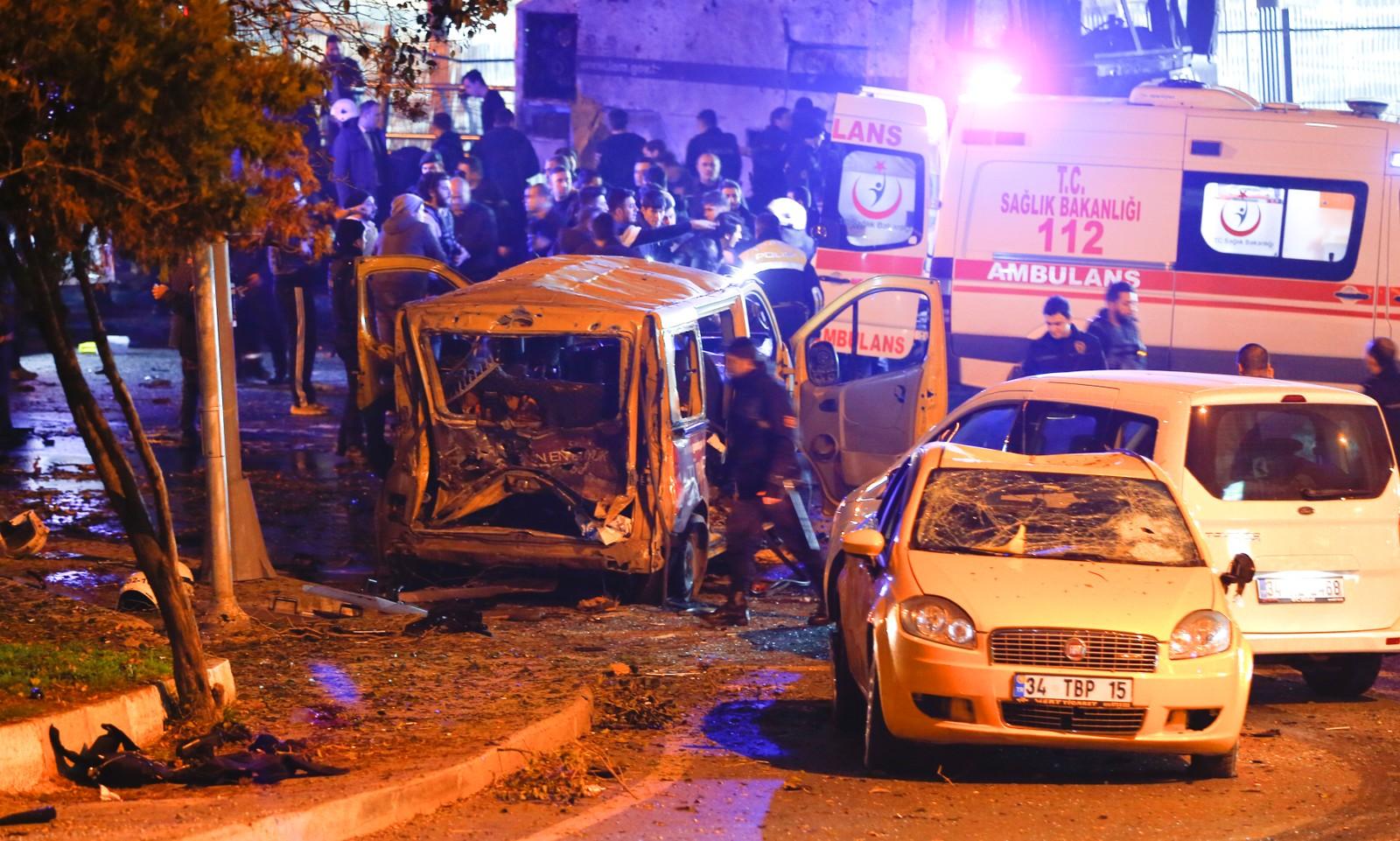 En utbrent bil i Istanbul på stedet som skal ha blitt rammet av to eksplosjoner.