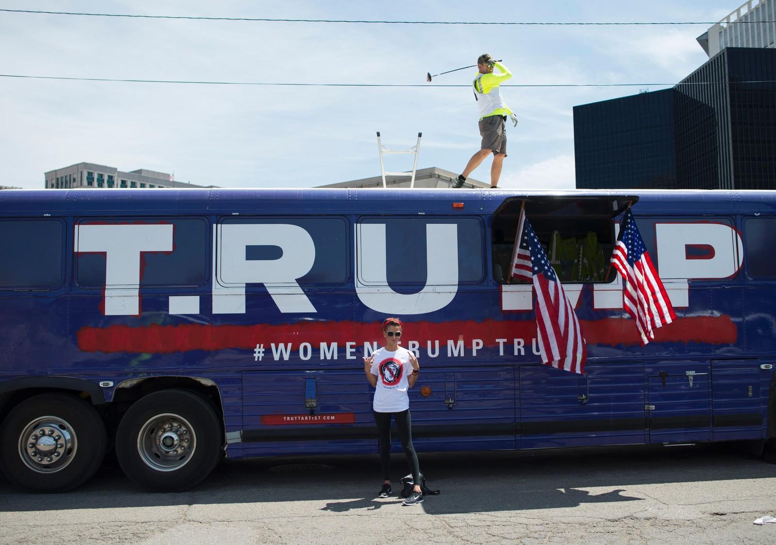 BUSS-KUNST: Kunstnerne David Gleeson og Mary Mihelic kjøpte kampanjebussen som Donald Trump brukte i Iowa, og bruker den nå som protestkunst. Ifølge kunstnerne brukes bussen som en plattform til å besvare Trumps uttalelser. Her utenfor det republikanske landsmøtet med emneknaggen #womantrumptrump