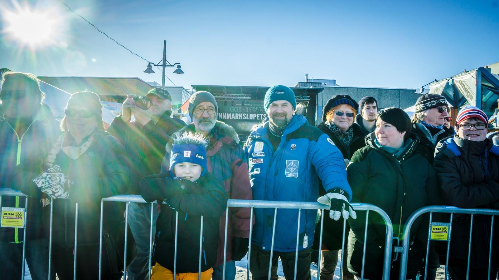 Mange hadde møtt opp for å ønske den ferske norgesmesteren inn til mål. Her i midten blant annet hundekjøreren Harald Tunheim som tidligere har vunnet Finnmarksløpet.