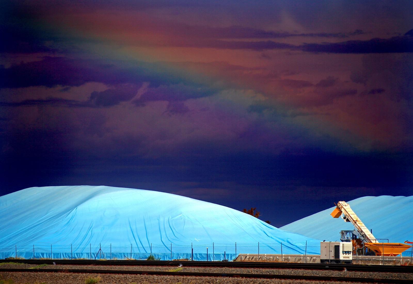 Høstet hvete under plast i Burron i Australia.
