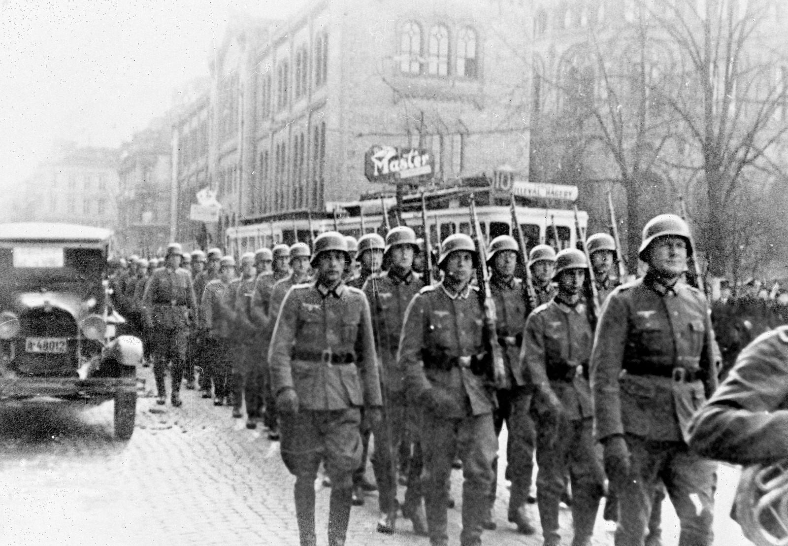 Tyske tropper marsjerer på Karl Johans gate.