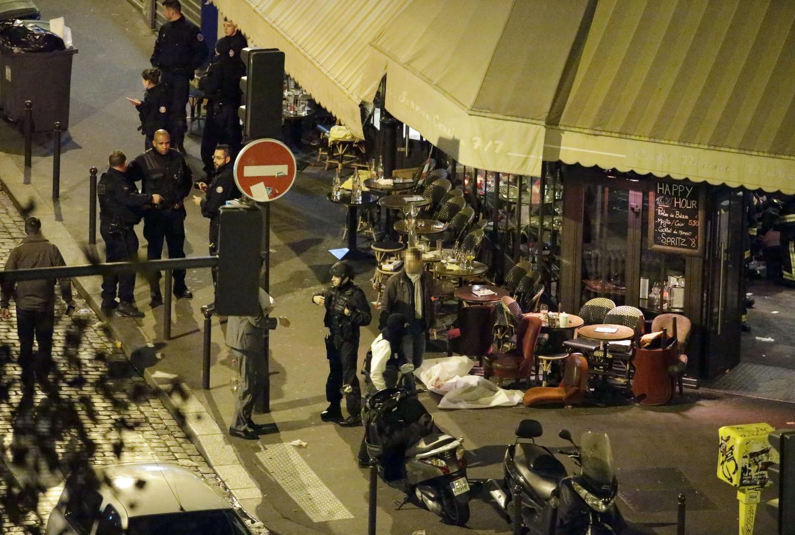 UNNTAKSTILSTAND: Allerede ved midnatt opplyste Hollande at ble det erklært unntakstilstand i landet, og at grensekontrollen er skjerpet.