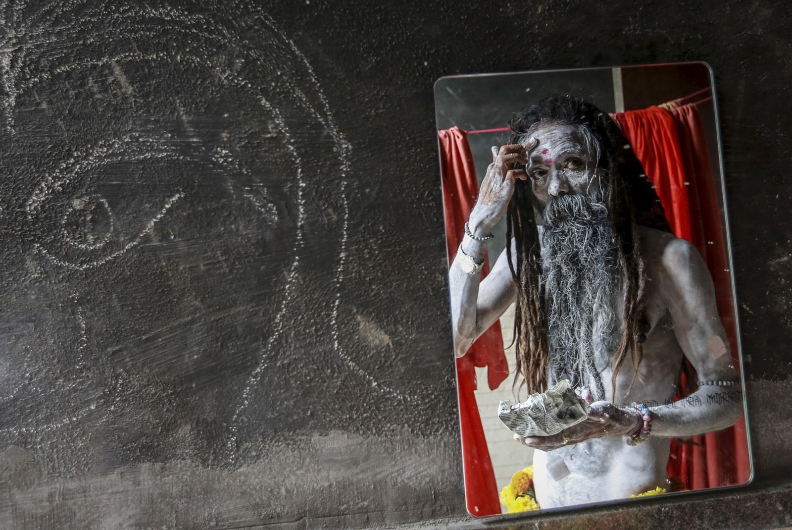 Denne hellige mannen påfører aske før han skal delta i festivalen Kumbh Mela i Trimbakeshwar, India. Flere hundre tusen mennesker deltok i den religiøse festivalen som avholdes hvert 12. år i forskjellige indiske byer.