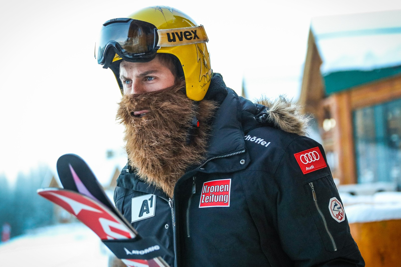 Østerrikske Max Franz på vei til trening i Lake Louise, Canada, med et over snittet fyldig skjegg. Noen skibomser bruker falske skjegg som beskyttelse mot vær og vind.