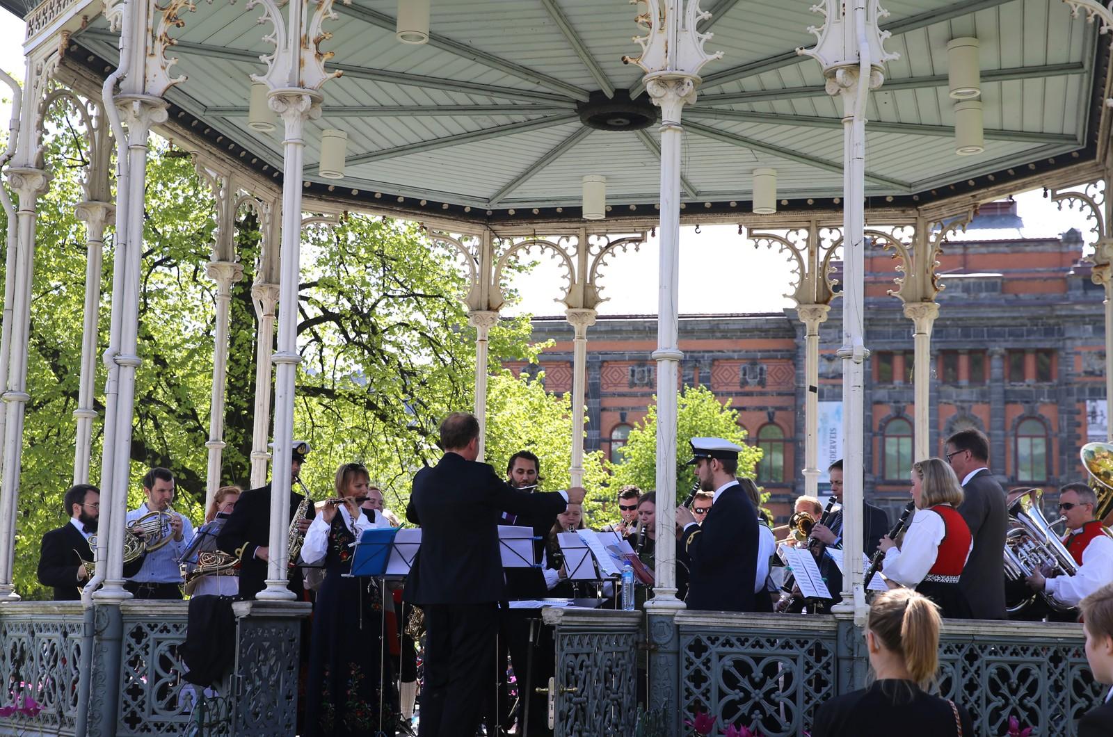 Musikanter spiller i Paviljongen i Bergen.