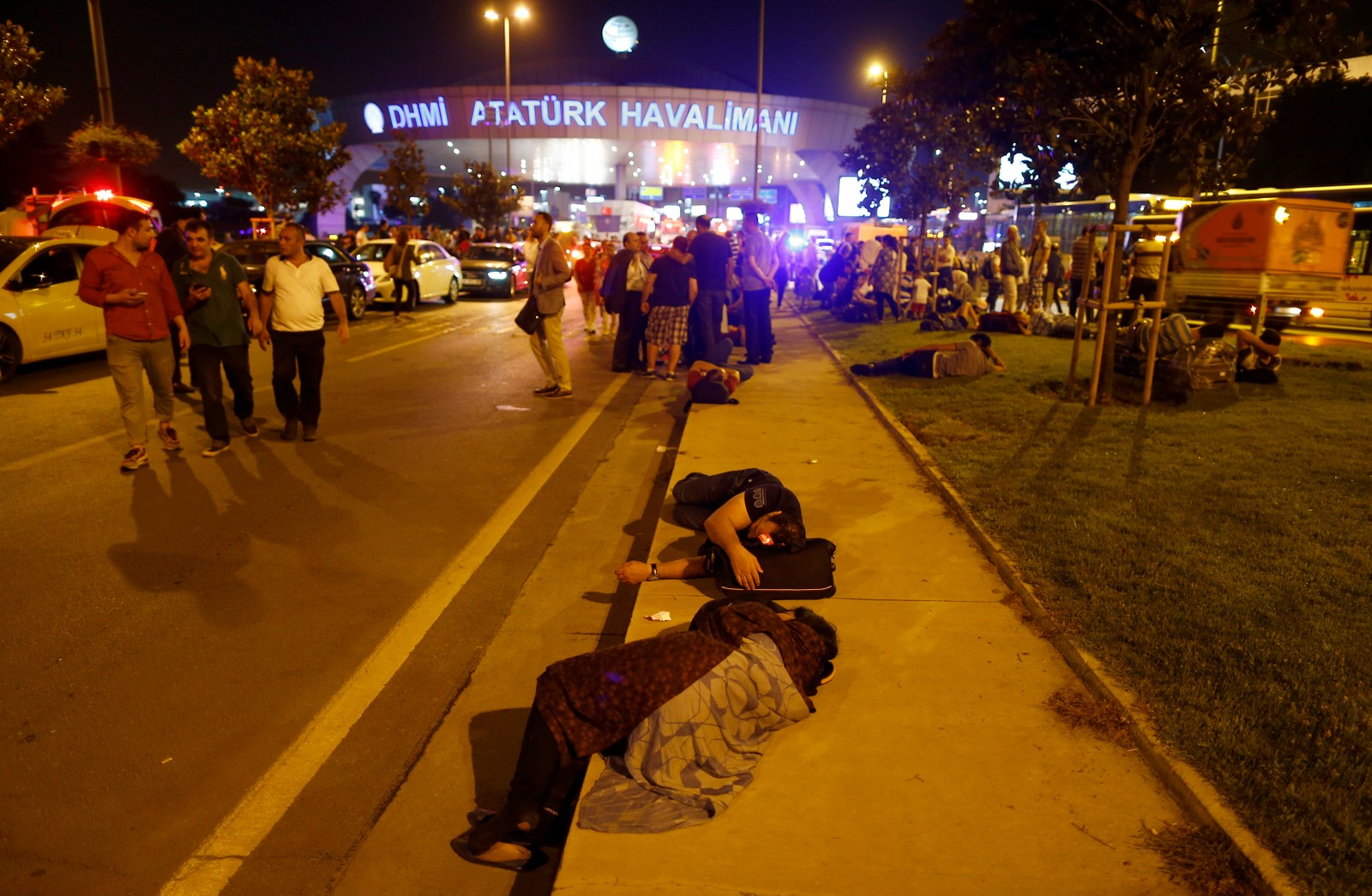 Folk forlater flyplassen etter eksplosjonene i Istnbul.