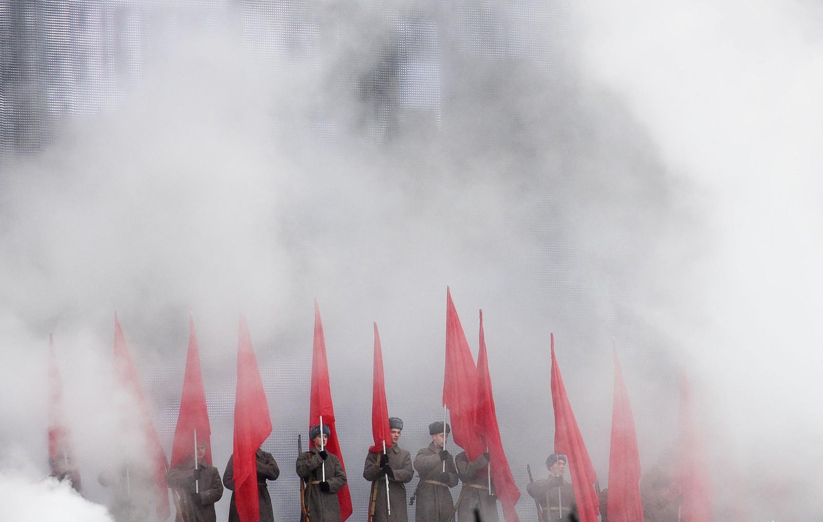 Russiske soldatar i historiske uniformar gjenskapte dramatikken då soldatar frå Den raude arme marsjerte forbi murane i Kreml og mot fronten.