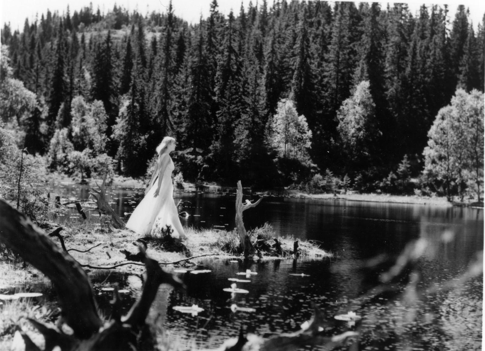 """Skuespiller Henny Moan i filmen """"De dødes tjern"""", basert på boken ved samme navn av Bernhard Borge (Andre Bjerke)."""
