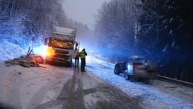 Personbilen fekk skrens på bilen, kom over i motsett køyreretning og trefte lastebilen. Sjåføren av bilen er sendt til sjukehus med ukjent.