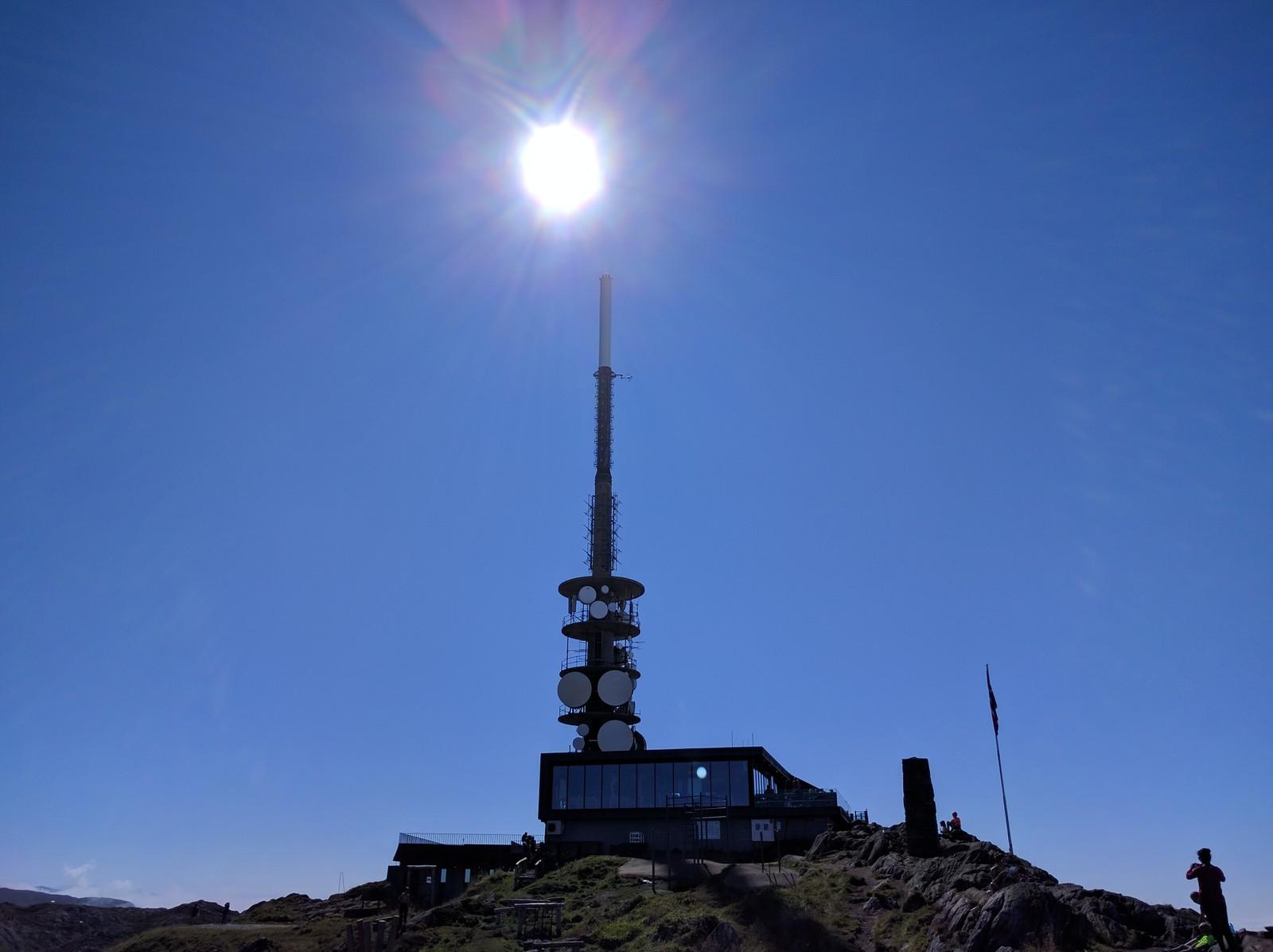 SOMMER PÅ ULRIKEN: Strålende sol fra skyfri himmel i Bergen i dag. Bare du kommer deg høyt nok til fjells.