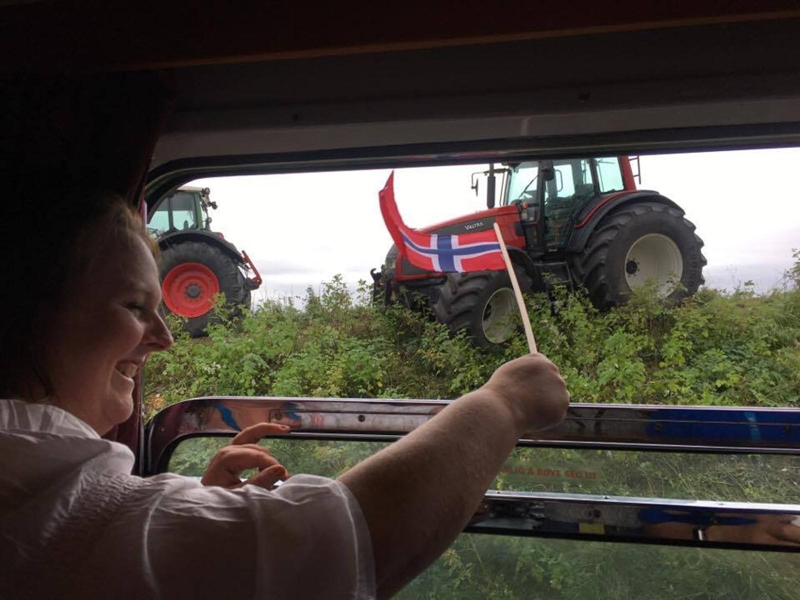 Traktorer langs togskinnene på vei mot Brusand.