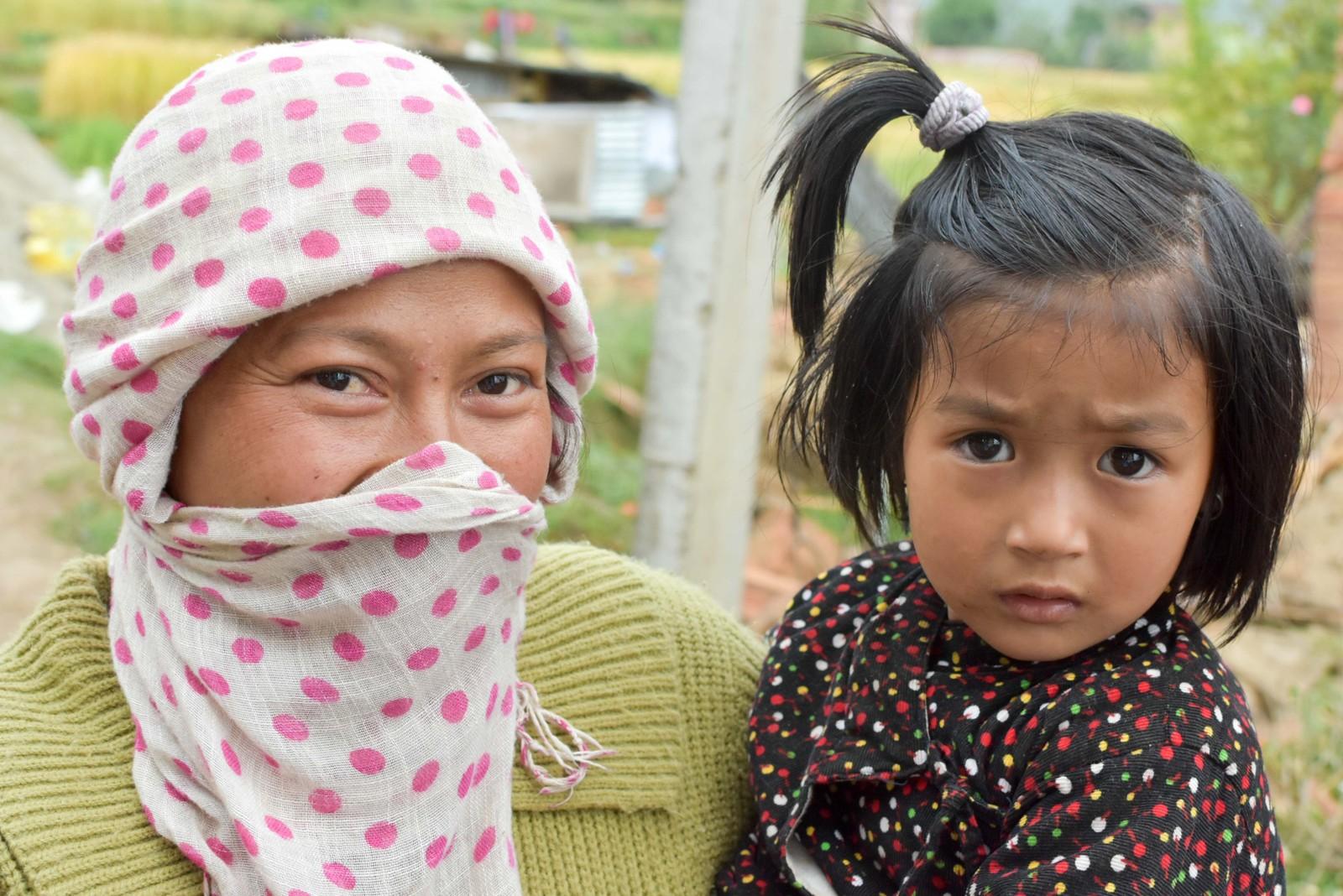 En mor og hennes datter i landsbyen Sikaritar.