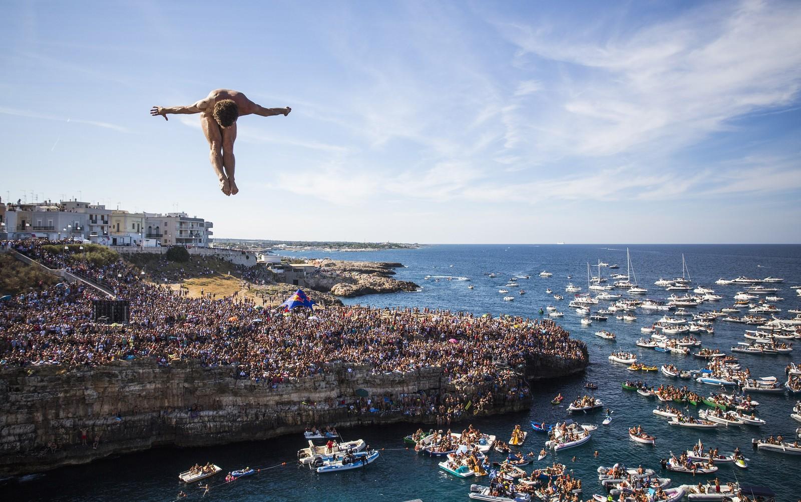 Klippestuperen David Colturi tar sats fra 27,5 meter under verdensserie-konkurransen i italienske Polignano a Mare.