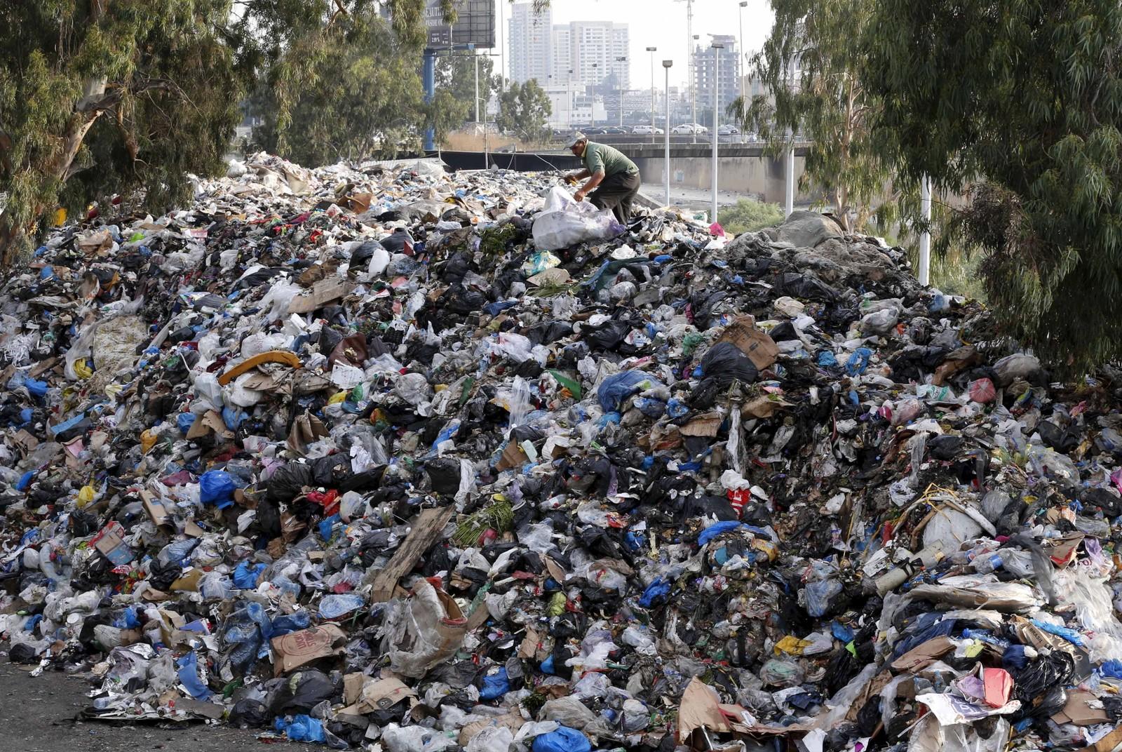 """Et hav av søppel flyter i en elv i Beirut. Denne uka ble det arrangert en demonstrasjon kalt """"You stink"""" mot myndighetene på grunn av søppelproblemet som har rammet byen."""
