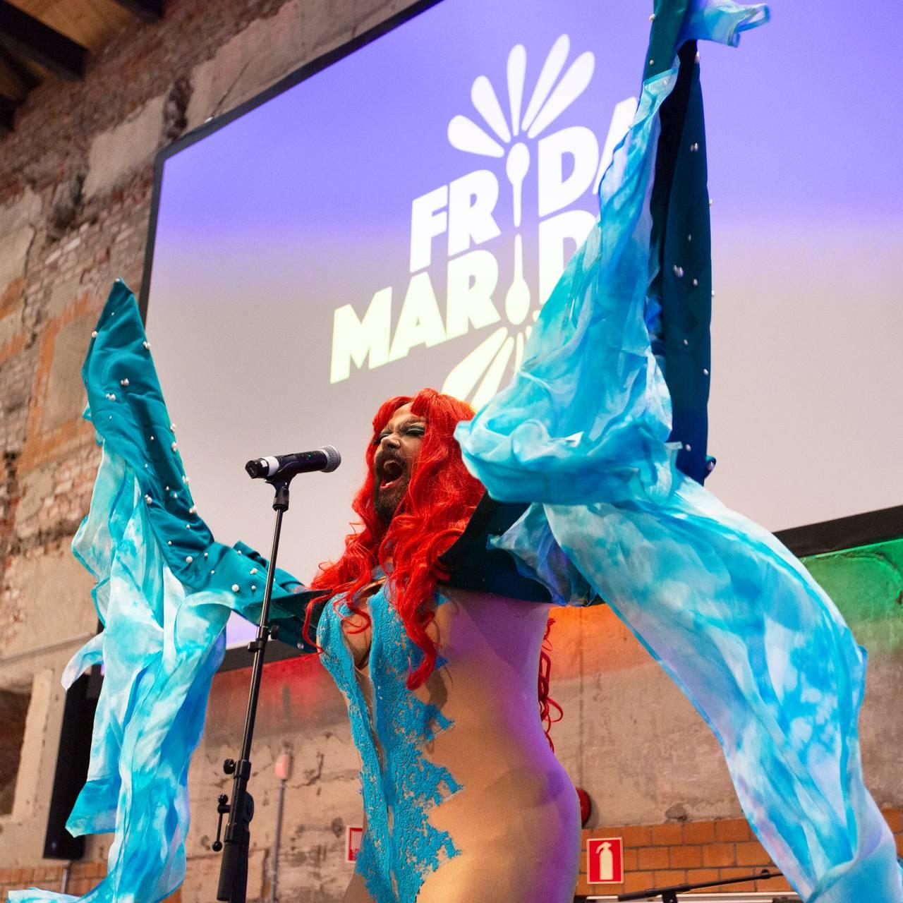 Drag-queen Frida Marida under Wunderkammer.