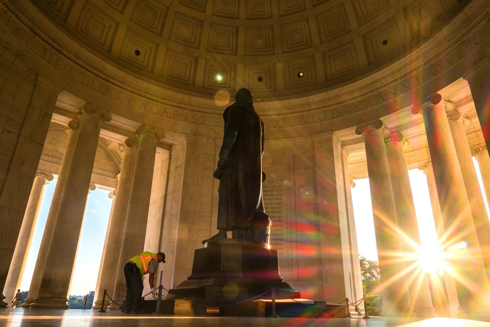 En mann tørker støv av Thomas Jefferson-statuen i Washington DC den 8. juli.