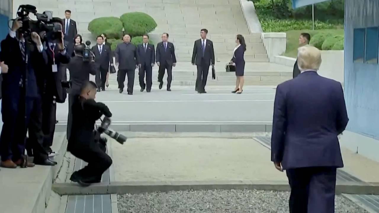 President Donald Trump venter på Nord-Koreas leder Kim Jong-un i den demilitariserte sonen