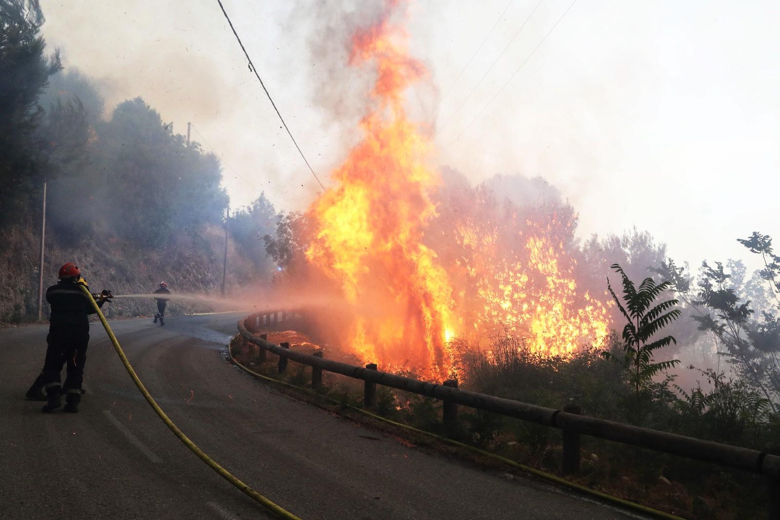 Brannmenn forsøker å slukke skogbrann i Castagniers nær Nice i Frankrike.