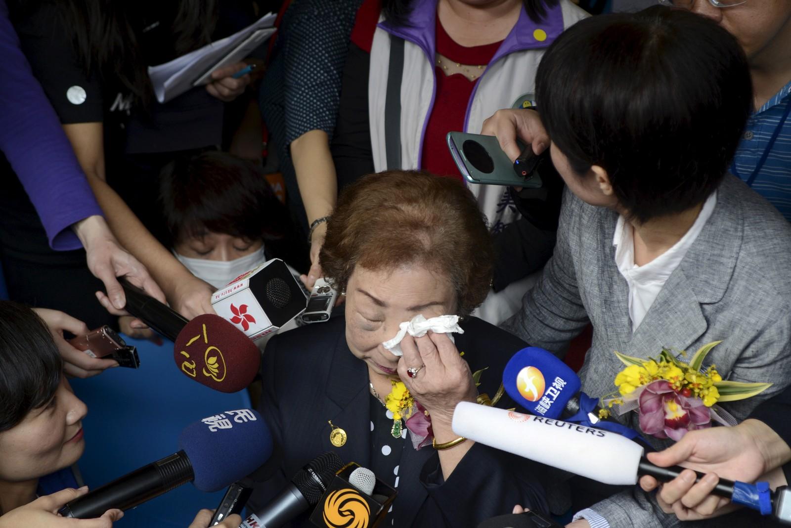 """TAIWAN: Chen Lien-hua tørker tårene i møtet med pressen utenfor museet i Taipei der en navneplakat ble avduket og dedikert til Taiwans """"trøstekvinner"""". Uttrykket brukes om kvinner som ble tvunget inn i prostitusjon i Japan under andre verdenskrig."""