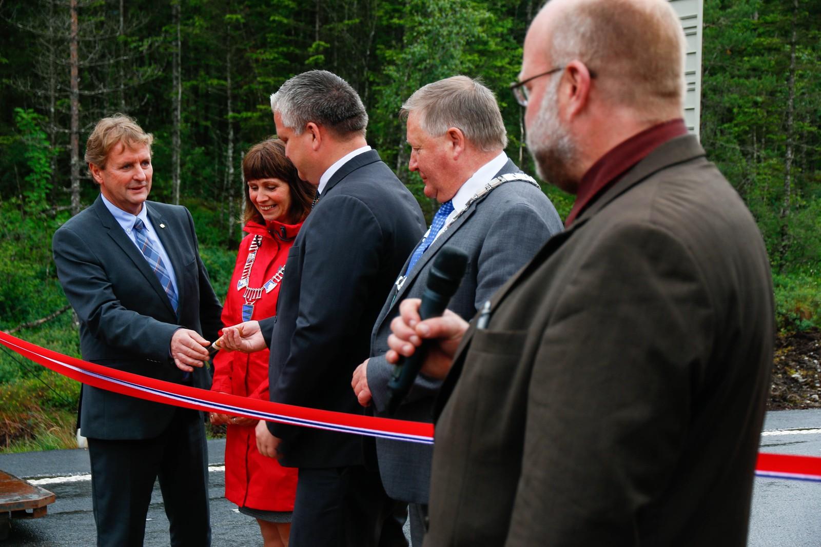 Regionvegsjef Helge Eidsnes overrekk kniven til statssekretær Tom Cato Carlsen. Dette bandet skal skjerast!