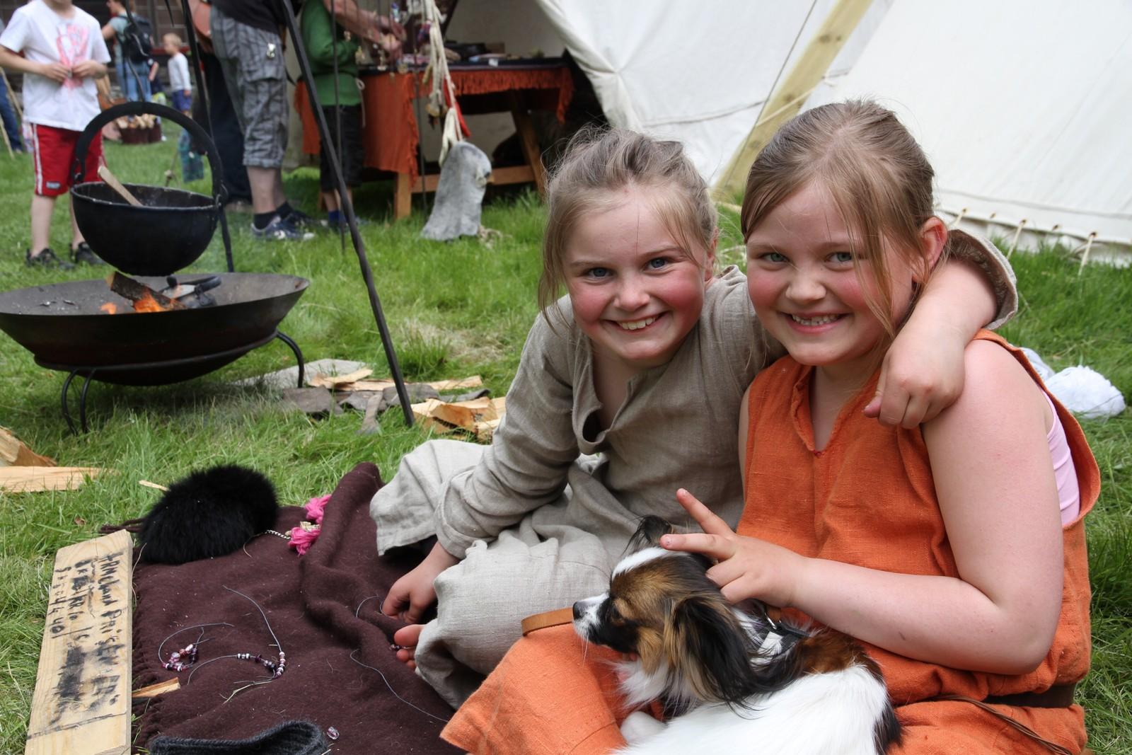 Vilja Maria Alvastad Helgadottir og Tiri Yndestad er født inn i vikinglivet.