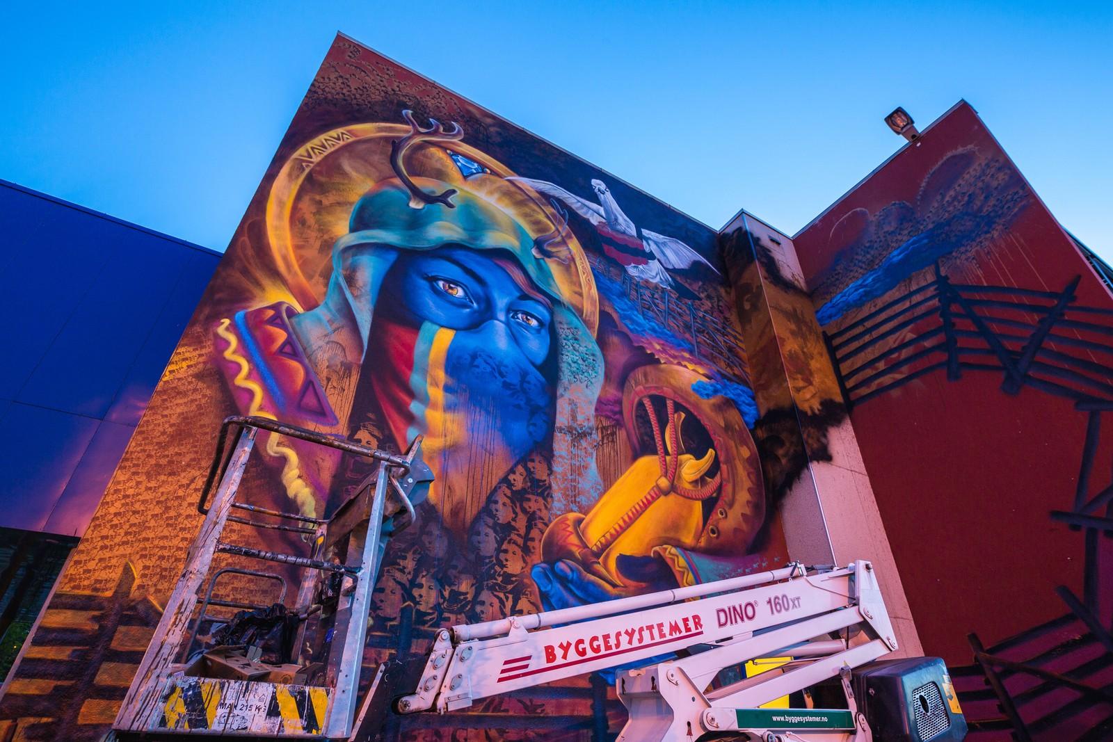 Den ferdige graffitien preger en stor vegg på ungdomskolen i Alta.