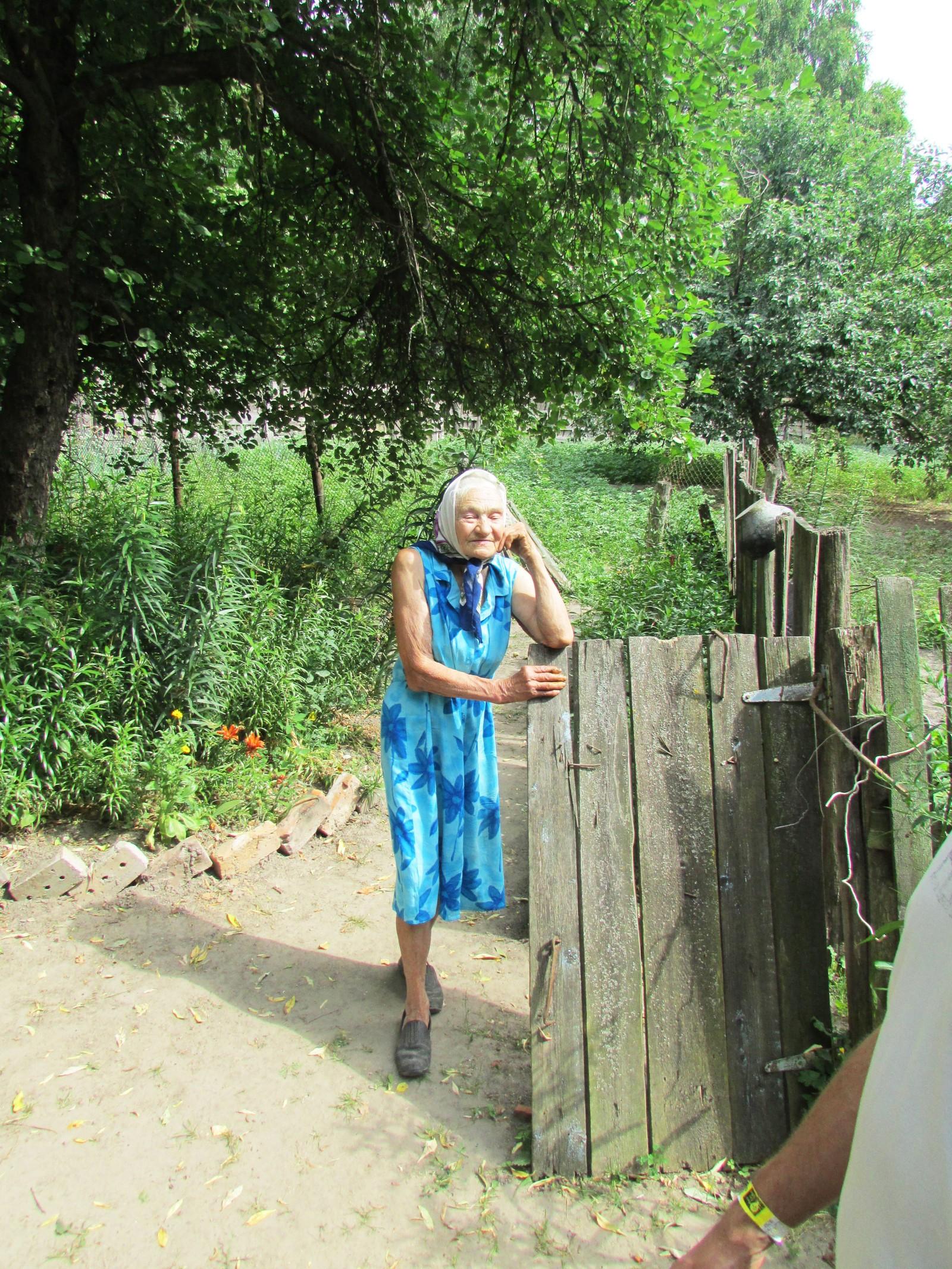 Rosalie poserte ved hageporten sist sommer.