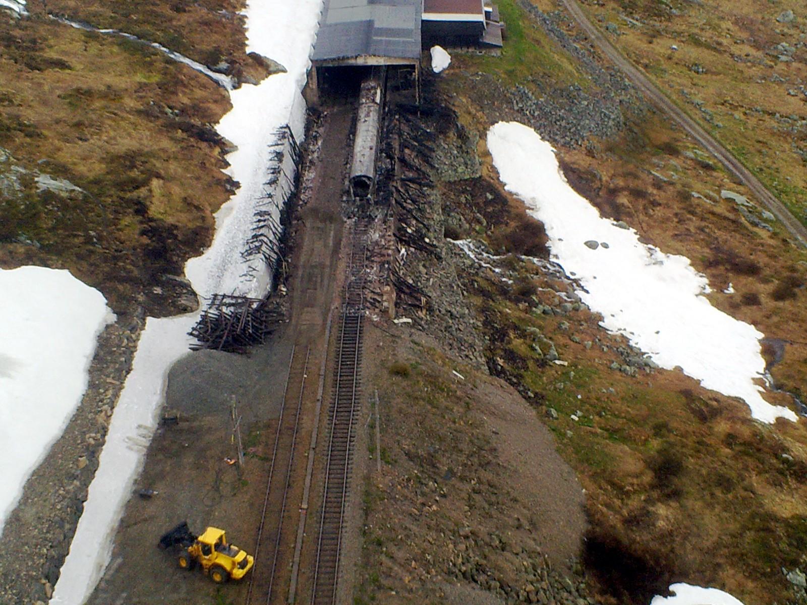 Brannen starta i eit snøoverbygg ved Hallingskeid og spreidde seg raskt til passasjertoget.