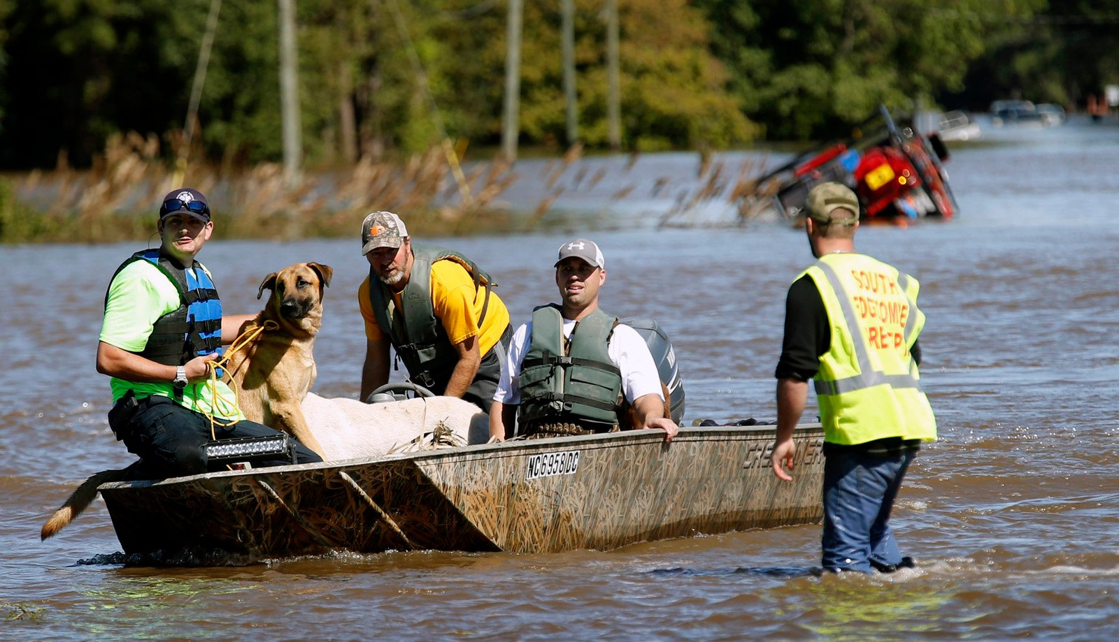 South Edgecombe Fire and Rescue redder flere hunder fra hjem under vann i Pinetops, Nord-Carolina, søndag.