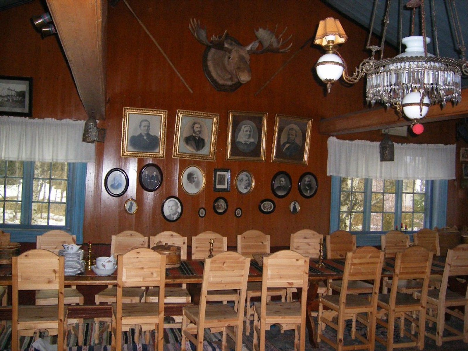 I gammelstua var to langbord satt sammen, slik at det var plass til i alt 24 stoler, og ble brukt til store anledninger som bryllup og konfirmasjoner. Elghodet stammer fra jakta i 1908, og til venstre henger et bjørnespyd.