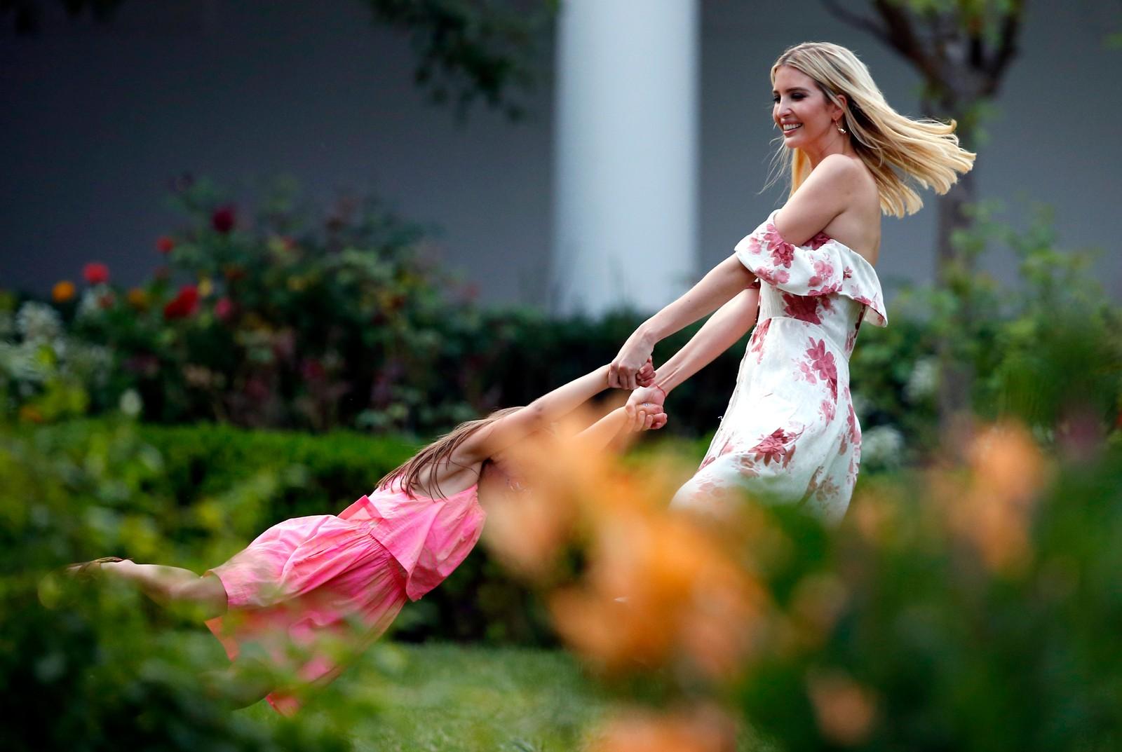 Ivanka Trump leker med datteren sin på plenen utenfor Det hvite hus.