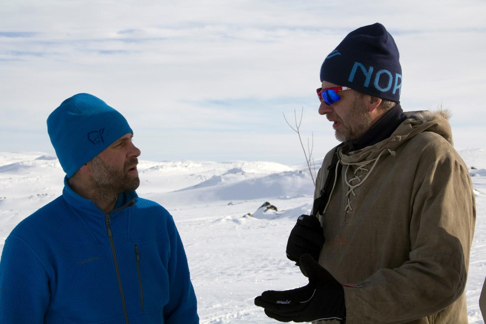 – Deltakerne skaper minner. Vi sørger for at det skjer trygt, sier Harald Kippenes. Her slår han av en prat med Tore Haugvaldstad.