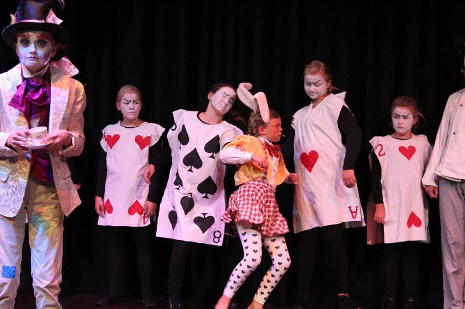 Teater: Mye aktivitet i Tokestua.