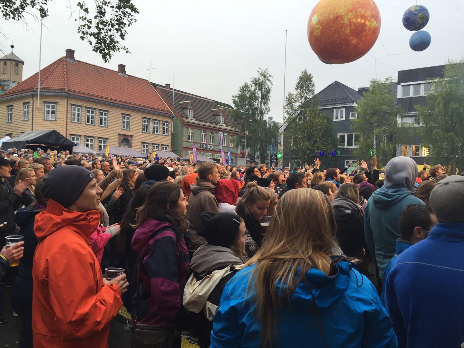 Torget i Tromsø er fredag kveld fylt med folk og planeter.