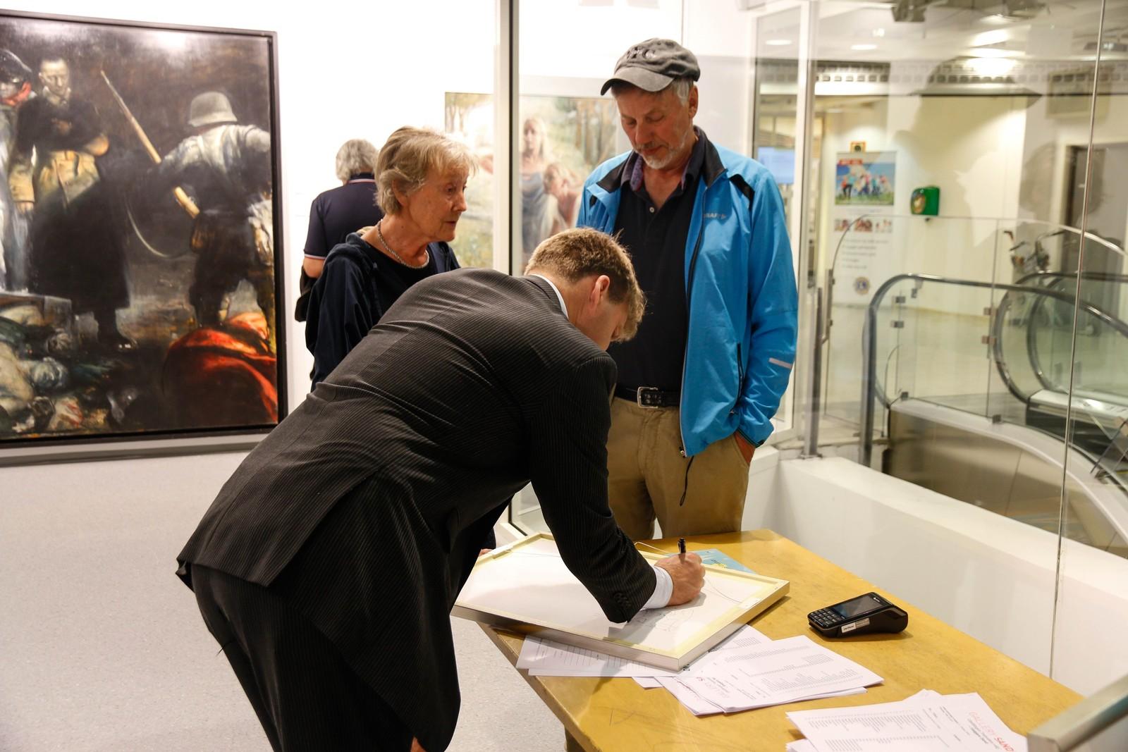 Sunnfjordingane Ingrid og Jens Terum var snare med å sikre seg kunstnaren sin signatur på biletet dei kjøpte med seg. –Eg falt for bilete frå Lofoten. Det har alltid betydd noko for meg. Heile min barndom reiste far min på fiske i Lofoten, så med det same eg såg det biletet, måtte eg kjøpe det, seier Ingrid.
