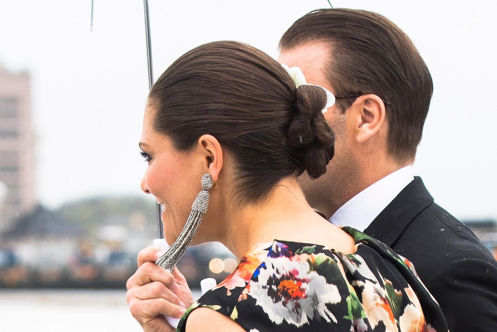 Kronprinsesse Victoria og Prins Daniel av Sverige ankommer festmiddagen i Operaen i anledning kongeparets 80-årsfeiring.