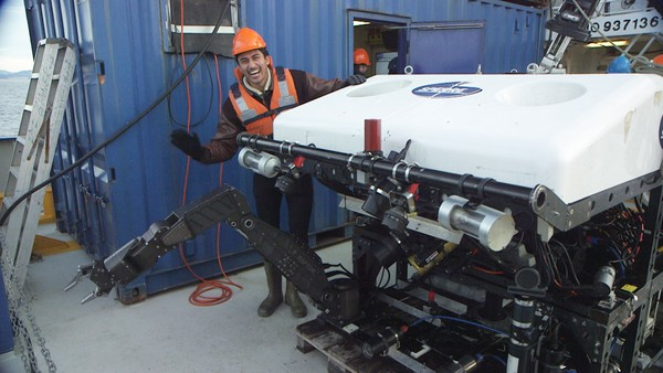 I fremtiden kommer selvstyrende undervannsroboter til å gjøre de farlige jobbene under vann. Vi er med når en undervannsrobot skal kjøre rundt på egen hånd for første gang. Programleder: Stian Sandø.