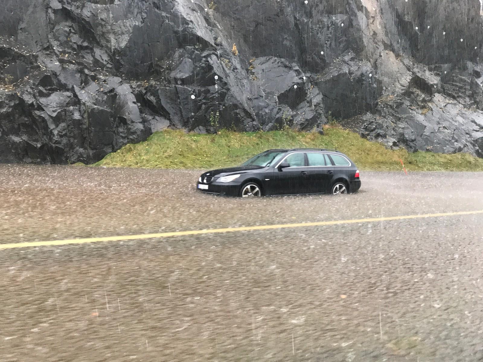 Bil under vann på E18 mellom Tvedestrand og Arendal.