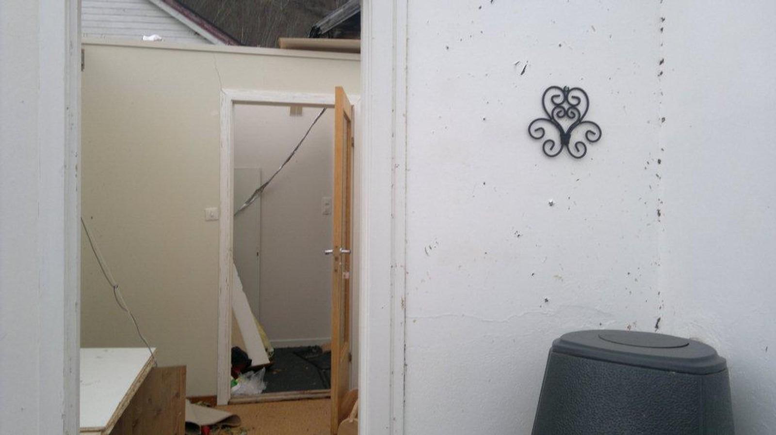 På veggane over omnen såg ein tydeleg at glasbrota hadde spruta i veggen då det første stoveglaset sprakk.
