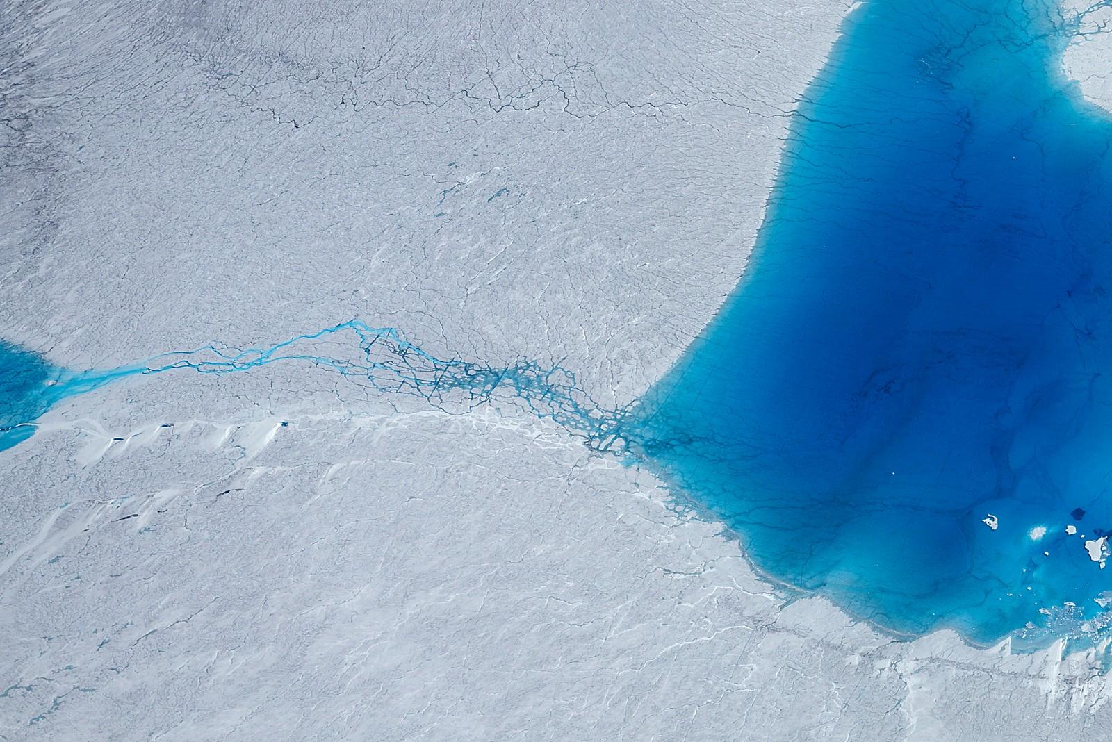 1. plass Klima og miljø: Linda Næsfeldt, Dagens Næringsliv.  Over frysepunktet: Ovenfra er Grønlandsisen et imponerende syn, men klimaendringer er ikke vakkert. Det bare ser sånn ut. 2016 var et unormalt varmt år og tempraturen steg raskest i Arktis. Issmeltingen på Grønland og i resten av Arktis er blitt selve symbolet på at noe er alvorlig galt med klimaet på kloden.