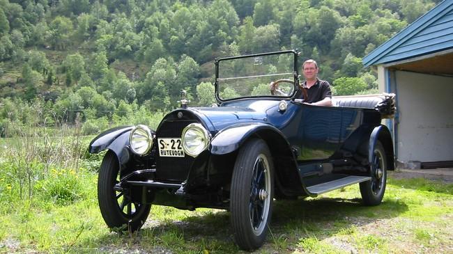 Kåre Hovland har restaurert og tek vare på ein av dei første bilane til Gol-Lærdal-Maristubilene, ein Cadillac som vi og ser på biletet over frå 1923. Foto: Arild Nybø, NRK.