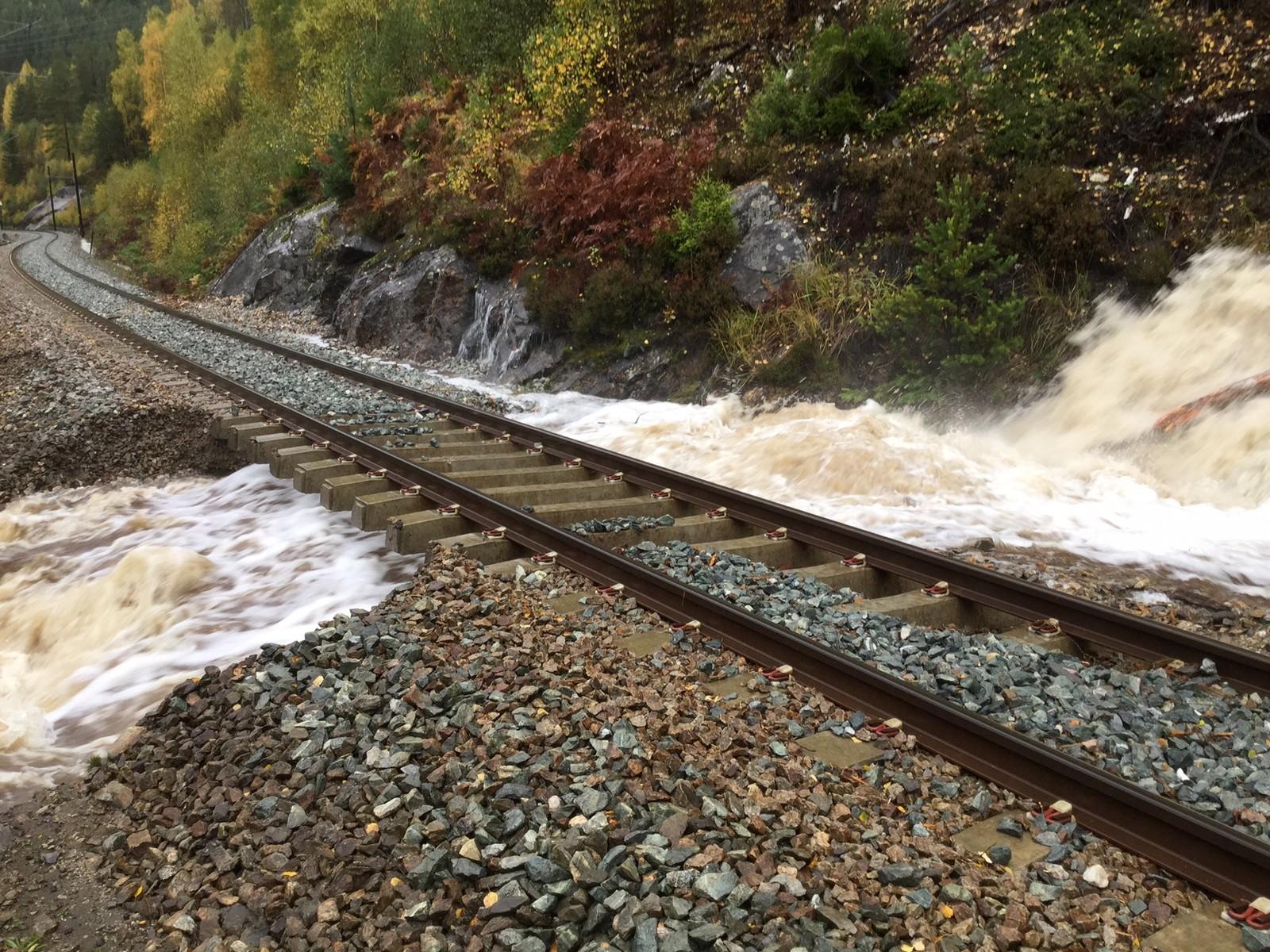 BERGENSBANEN: Vatnet har vaska ut massane under sporet på Bergensbanen mellom Gulsvik og Flå. Bane NOR melder at reparasjonsarbeidet på staden held på.